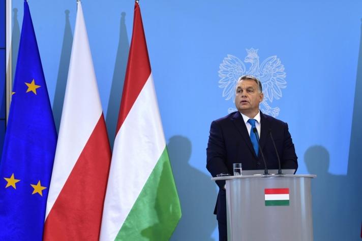 Orbán Viktor pénteken Varsóban, Beata Szydlo lengyel kormányfővel közös sajtótájékoztatón.