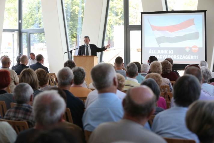 Kövér László Baján, a nemzeti konzultáció kérdéseinek témájában tartott fórumon.
