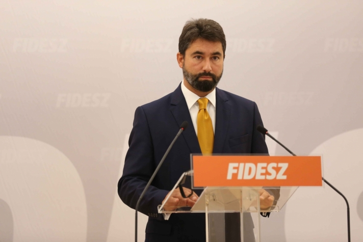 Hidvéghi Balázs pénteki sajtótájékoztatóján.
