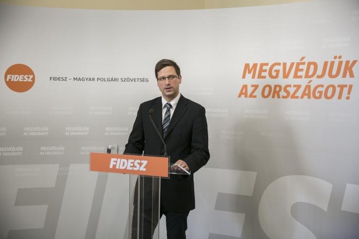 Gulyás Gergely : Magyarország nem kíván változtatni a migráció ügyében képviselt álláspontján