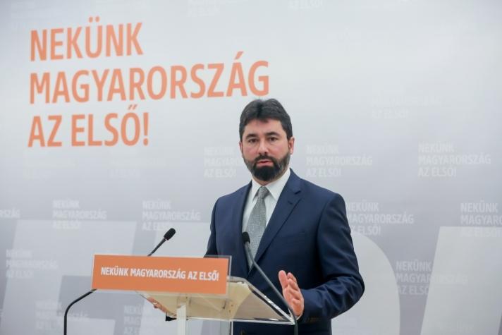 Hidvéghi Balázs. A kommunikációs igazgató hétfői sajtótájékoztatóján
