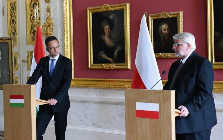 Szijjártó Péter Varsóban Witold Waszczykowski közösen tartott sajtóértekezletén.