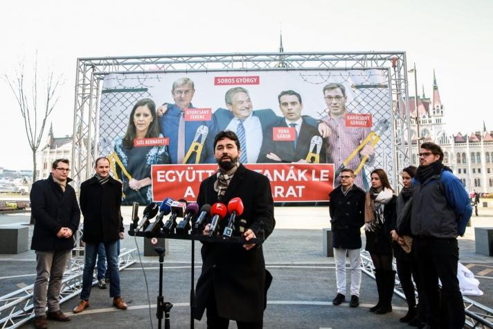 Hidvéghi Balázs elmondta azt is, hogy a plakáton Soros szövetségesei, az ellenzéki pártok vezetői is láthatóak
