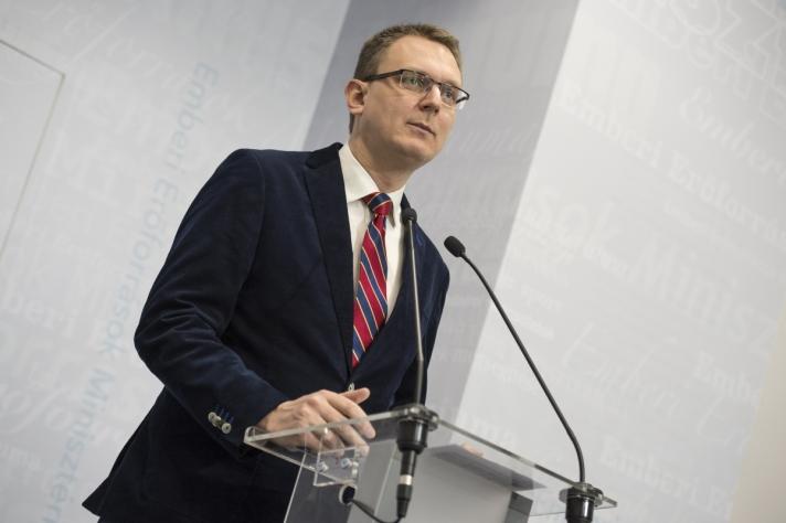 Rétvári Bence az Emberi Erőforrások Minisztériumának parlamenti államtitkára vasárnapi budapesti sajtótájékoztatóján.