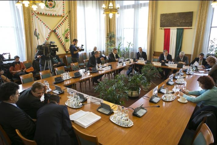 Kósa Lajos : A honvédelmi és rendészeti bizottság elnöke a testület szerdai ülését követően
