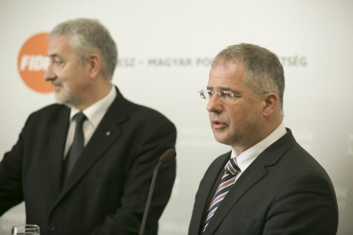 Kósa Lajos és Halász János sajtótájékoztatóján.